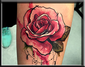 pablo pablito tatauże kwiaty róże kolorowe na przedramieniu liście watercolor wodne rozmyte rozlany fefekt wody kobiece dla dziewczyn prykas studio rybnik śląsk